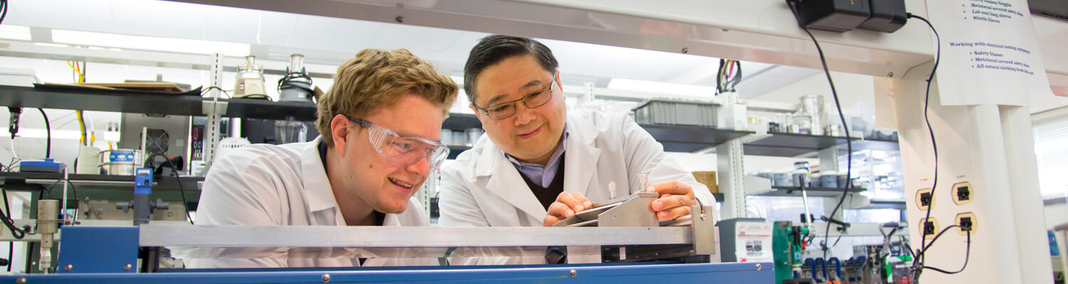 Deyang Qu and student work together in lab
