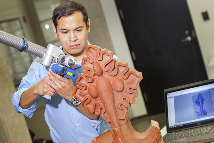 Taylor Layton works with a 3-D scanner in a lab at UWM. (UWM Photo/Pete Amland)