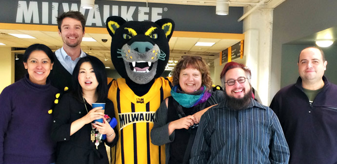 Pounce hangs with Soc faculty